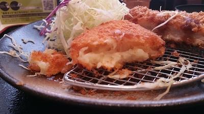 松乃家ロースカツプラスコロッケ定食 コロッケの中身.jpg