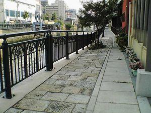 納屋橋の川岸歩道.jpg