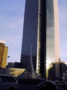ミッドランドスクエアと駅前モニュメント.jpg
